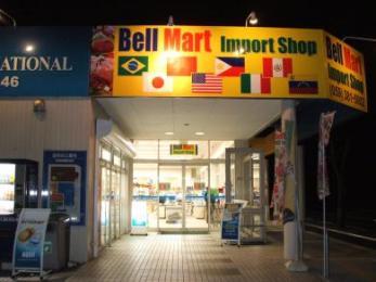 入り口は国際色豊かです