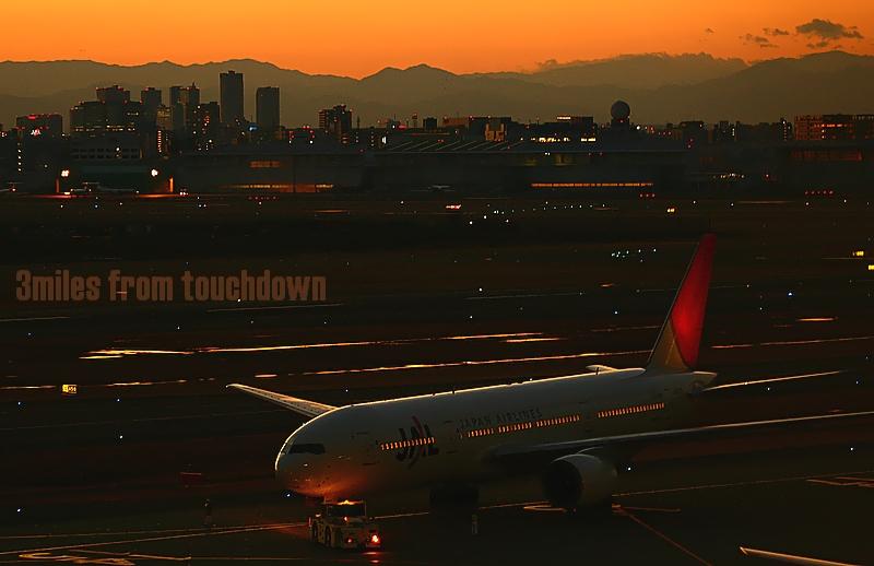 羽田空港の夕焼け ボーイング777