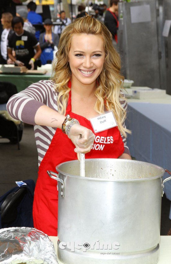 Hilary Duff serves food at the Los Angeles Mission Easter For The Homeless