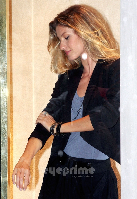 Gisele Bundchen Turns Into a Real Live Mannequin
