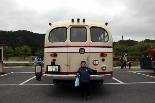 ボンネットバスの後部と甥っ子4号