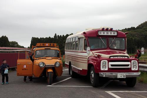 並んだボンネットバスとオート三輪と甥っ子