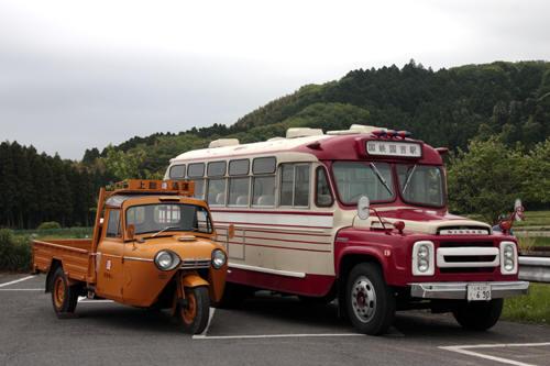 並んだボンネットバスとオート三輪