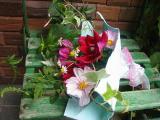 花束にグリーンチェアー