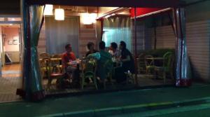 夜のオープンカフェ