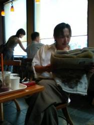 タリーズコーヒーで日経産業新聞を読む新田勇介