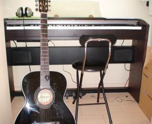 ハル君の部屋の楽器の一部。これで私のテーマミュージックを作成してもらい、当ブログにアップ予定です。
