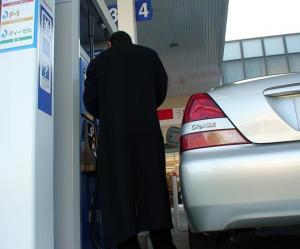 代車を給油中に、うっかりハイオクを入れそうになる。
