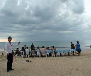 バリ島 シーフードを食べる準備をするも、スコールで中断