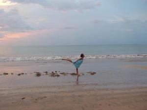バリ島 ビーチにてヨガる妹