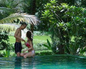 ホテルKOMANEKAのプールにて 妹のオ<br />ネダリに応える旦那様