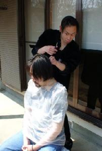 趣味の散髪。実験台は身体を拘束されます。