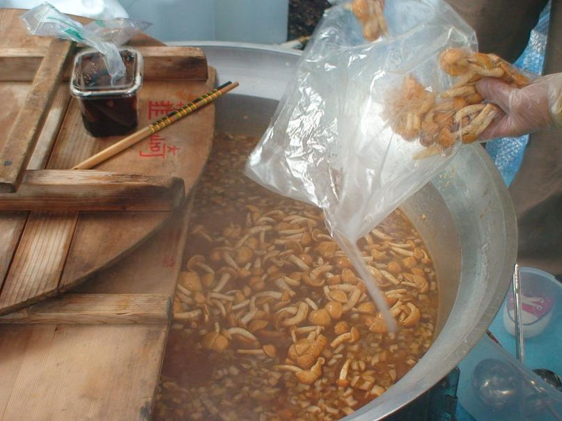 味噌汁にキノコを投下!! うちの新鮮なキノコは熱を通しすぎるとNG  余熱で温める程度がイイんです!!