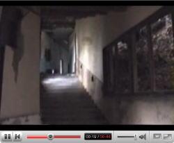 YouTubeより、「【心霊】階段を降りてくる人影」