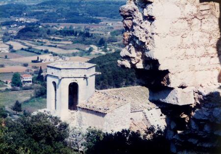 リュベロン山中の廃城より、教会の鐘楼を望む。