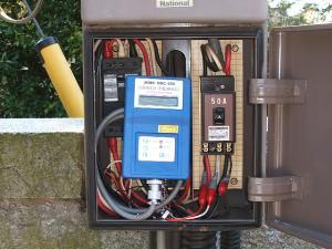 電力量計に電圧モニター装着