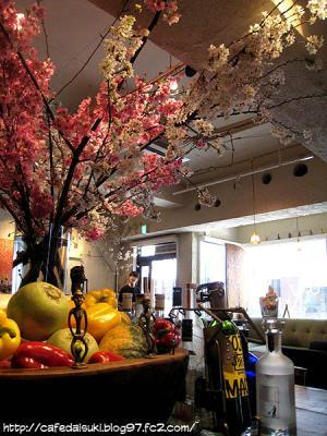 麹町カフェ◇店内(桜の枝が飾ってありました)