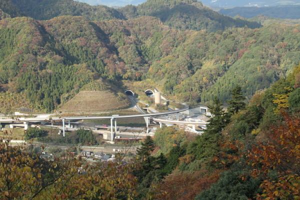 ケーブル高尾駅から見える圏央道のトンネル