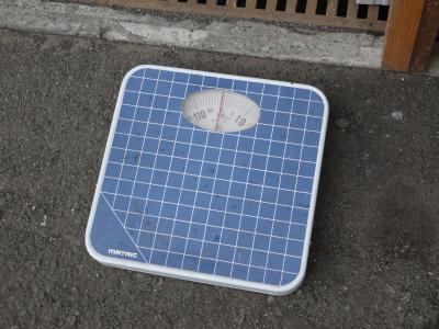 出口のふもとに体重計@焼きそばランランさん