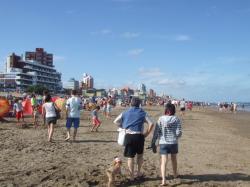 沢山の人で賑わう海岸