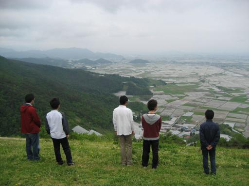景色を眺める4名と覚悟を決めている1名