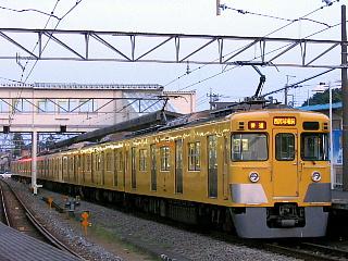 西所沢で発車を待つ西武球場前ゆき普通