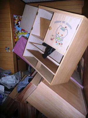 12地震T宅ガチャ階段下