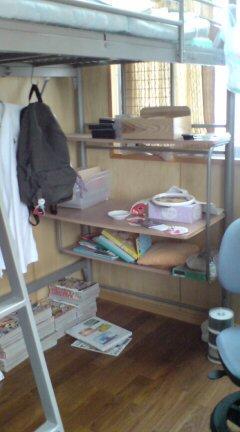 2段ベッドの1回の机1