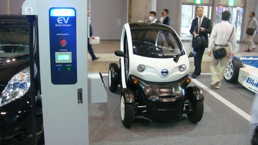 2人乗りのコンパクトな電気自動車
