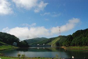 満々と水を湛えた琴川ダム