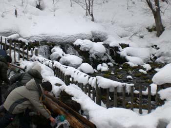 アジア系の観光客も水汲んでます