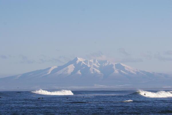斜里岳と波とサーファー