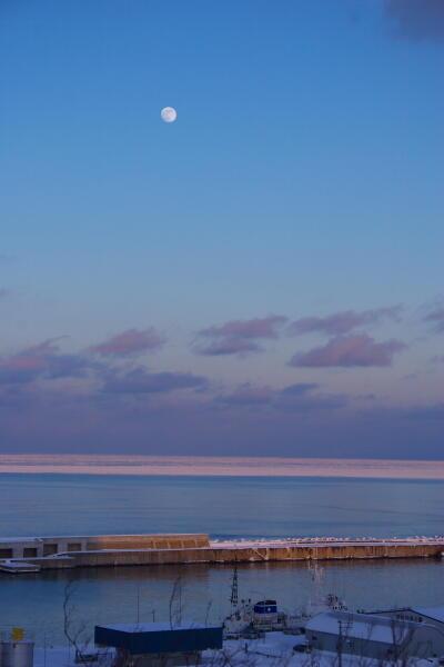 流氷と月と