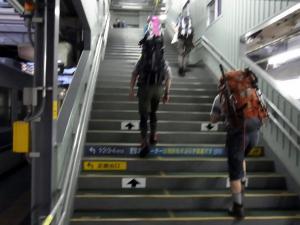 富山駅のホームの階段をぐんぐん登る