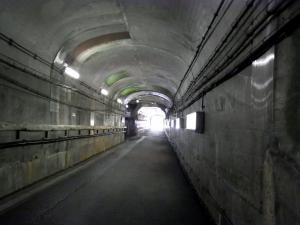 ひんやりしたトンネルを黒部ダム駅へ