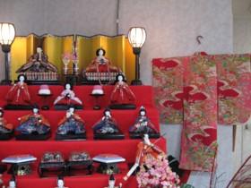 雛壇飾りと着物