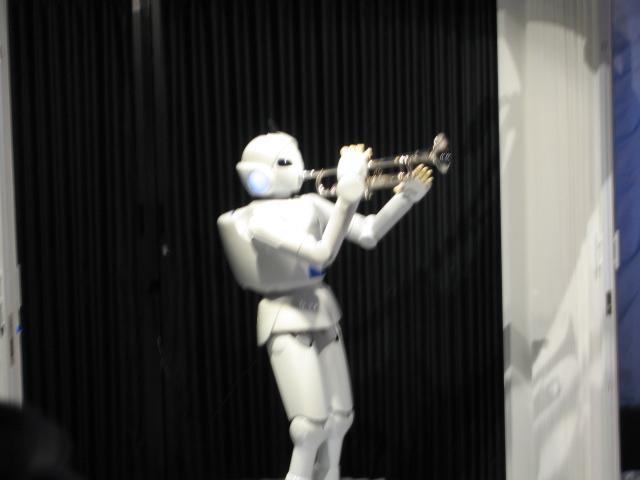 トランペットを吹くロボット