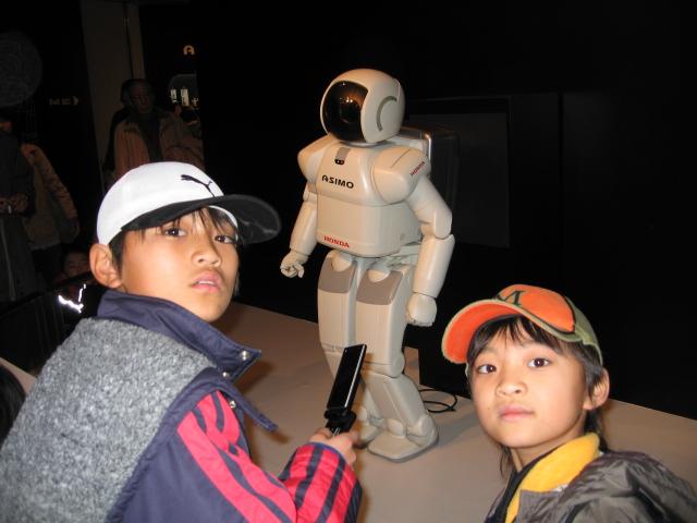 ASIMOを挟んで