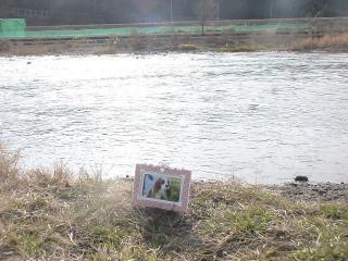 誰もいない川