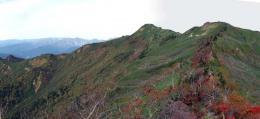 中岳へ続く尾根の紅葉と本峰の沖武尊