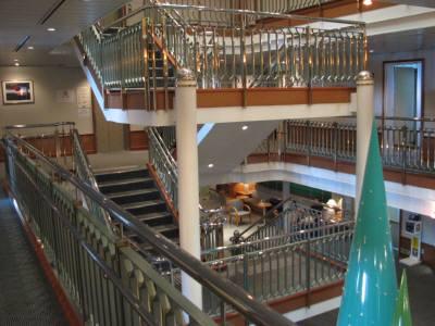 階を上がるにしたがって、カーペットや内装が少しよくなっていく。