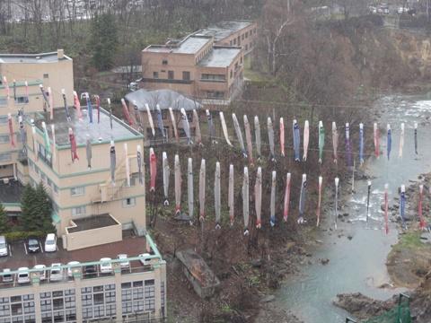 定山渓の雪の鯉のぼり(2011.05.04)