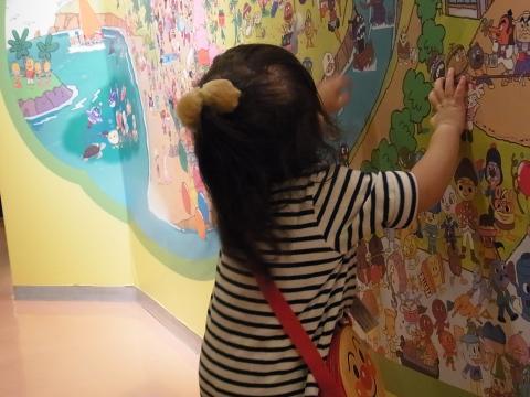 壁の絵と、ひなちゃん