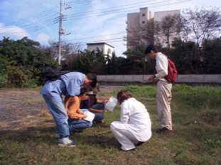 事故後、反原子力茨城共同行動の仲間、「みと市民講座」のメンバーがJCO施設わきなどでガンマー線を測定。