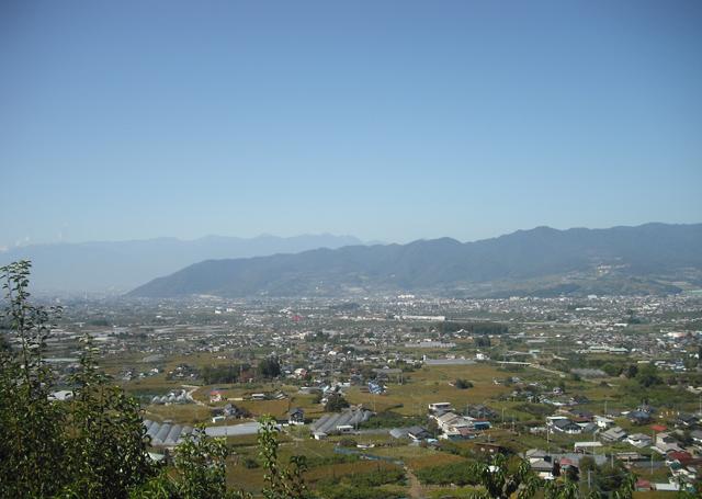 ぶどうの丘より甲府盆地を望む