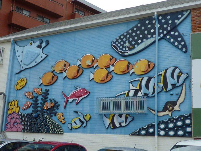 駐車場の かわいい魚の壁画♪