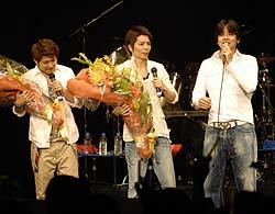 サプライズ登場したリュ・シウォン(右)はGiFTの松田幸治(中央)と竹本洋介に花束を渡して激励=東京・青海
