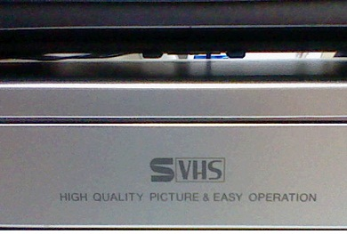 HIGH QUALITY PICTURE & EASY OPERATIONの表示 S機なので S-VHSの表示もあります