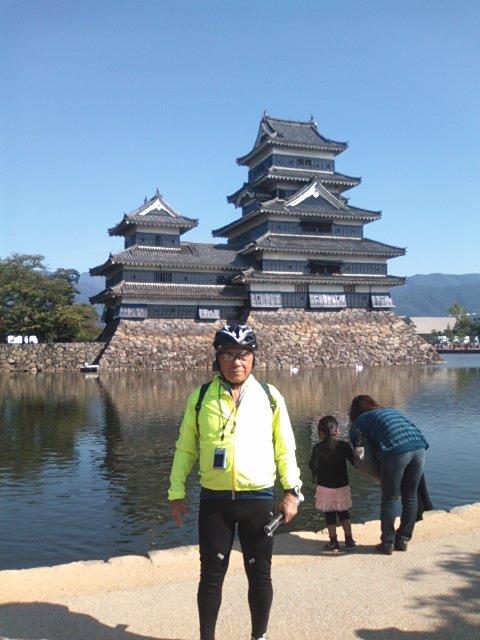 ゴールの松本城をバックに納まるN野爺