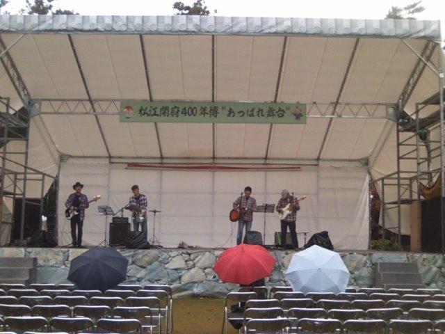 松江城でグループサウンズの曲に引かれて来たものの…